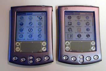 Palm m515 (слева) и Palm m505 (справа). Яркость низкая.