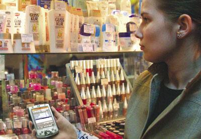 Торговый представитель собирает маркетинговую информацию с помощью карманного компьютера